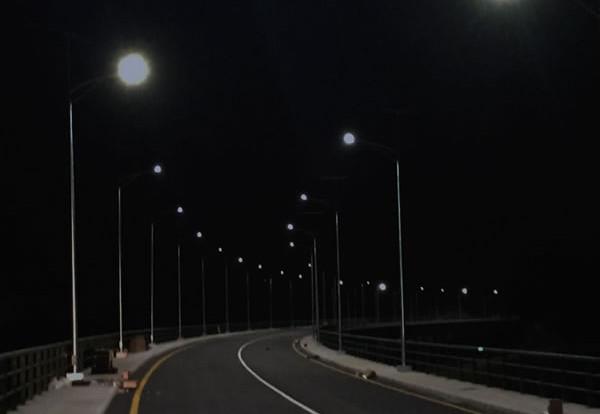 luxiot-angola-farolas-noche-vertical