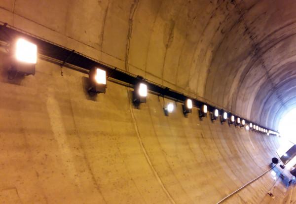 luxiot-tunel-colindres-luz-noche
